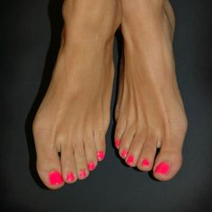 Best Toes - 42 Best Polished Toes for 2019 Keeping your toes freshly polished is a must for flip flop season! This is why we found 42 of the best polished toes for Hopefully these will inspire you to get your toes on point for the warmer months this year. Pedicure Designs, Diy Nail Designs, Colorful Nail Designs, Summer Pedicure Colors, Summer Toe Nails, Hot Pink Pedicure, Best Toe Nail Color, Nail Colors, Beautiful Toes