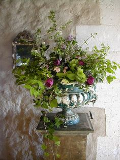 chippy urn of blooms - i like all the greens in this, the flowers almost become an accent. Beautiful Flower Arrangements, Floral Arrangements, Beautiful Flowers, My Flower, Flower Pots, Belle Plante, Beautiful Table Settings, Ivy House, Centerpiece Decorations