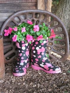 Flower boots - Found these children's boots at the thrift store for 3 bucks, drilled holes in them, filled the bottoms with peanut packing and dirt and found so Container Plants, Container Gardening, Old Boots, Cowboy Boots, Deco Nature, Vintage Planters, Garden Planters, Yard Art, Garden Projects