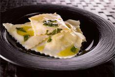 Juusto-basilikaraviolit ✦ Ravioleilla tarkoitetaan täytettyjä pastatyynyjä. Pienten tyynyjen sijasta voidaan tarjoilla myös yksi iso ravioli. Pastakone helpottaa pastan kaulitsemista, mutta se onnistuu myös käsin. http://www.valio.fi/reseptit/juusto-basilikaraviolit/