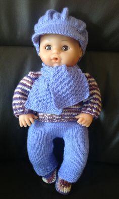 Gebreid setje: broek, trui, pet en sjaal. Gehaakte slofjes. Made by Margriet