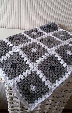 冬のお休みの日には、家でのんびりと編み物に挑戦したくなりますよね。あまり難しいものだと途中で挫折してしまいそうですが、グラニー編みなら基本の編み方をマスターするだけでいろいろな作品を作れるんです♡