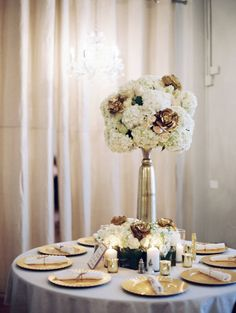 These gorgeous gold and ivory centerpieces from 21 Parc are stunning! Captured by Allen Tsai Photography. #bridesofnorthtx #weddings #centerpieces