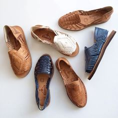 I miss huaraches! huaraches handmade in Mexico by artisans using soft, hand-brushed veg tan leathers. Sock Shoes, Cute Shoes, Me Too Shoes, Shoe Boots, Shoes Sandals, Shoe Bag, Leather Shoes, Fashion Shoes, Color Fashion