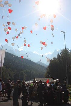 Helium-Ballons Herzballons, Pastell und Vintage Hochzeit in zarten Regenbogenfarben, Riessersee Hotel, Garmisch, Bayern, vintage lake-side wedding in pastel colours, Germany, Bavaria, wedding destination