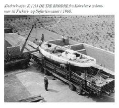 Fra artikel i SJÆKLEN 2007. DE TRE BRØDRE af Kalvehave ankommer til Fiskerimuseet i Esbjerg i 1968. Her blev den restaureret og derefter udstillet i 1988. Læs artiklen på dette link: http://pub.fimus.dk/Sjaeklen2007/files/assets/basic-html/page61.html