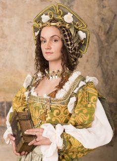 Anna Knybel jako Bona Sforza. W rzeczywistości to tak wyglądała najwybitniejsza polska królowa. Renaissance Costume, Renaissance Clothing, Renaissance Fashion, Historical Clothing, Fairytale Dress, Period Outfit, Fantasy Costumes, Period Costumes, Italian Fashion