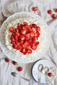 KakkuKatri: Enkelten piiras Raspberry, Strawberry, Fruit Salad, Sweet Recipes, Food And Drink, Baking, Healthy, Desserts, Cakes