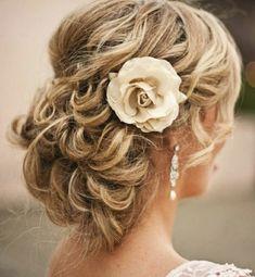 coiffure mariage cheveux longs mi-détachés en chignon flou avec rose