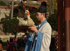 The #Confucian temple at Dujiangyan, Sichuan province, held a performance to demonstrate traditional meeting etiquette in ancient China on Saturday.