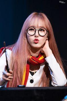 Kpop Girl Groups, Korean Girl Groups, Kpop Girls, Sinb Gfriend, Gfriend Sowon, Pink Ash Hair, Gfriend Profile, Role Player, Fandom
