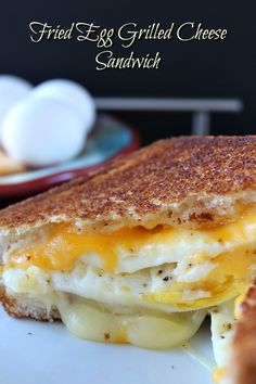 21 Gourmet Grilled Cheese Recipes Grilled cheese sandwiches are the ultimate in comfort food. It doesn't matter what season or time of year, the grilled cheese sandwich is always a great choice. Delicious Sandwiches, Delicious Breakfast Recipes, Brunch Recipes, Yummy Food, Tasty, Steak Sandwiches, Fried Egg Sandwiches, Egg And Cheese Sandwich, Sandwich Cake
