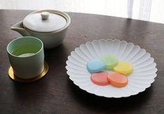 岐阜県大垣市の和菓子屋として知られる「つちや」で販売されている和菓子の「みずのいろ」が美しい!職人が丹精込めて一枚ずつ手作りしているので、とても手間がかかるのだそうです。食べるのがもったいない、ずっと眺めていたくなりそうな美しさです。
