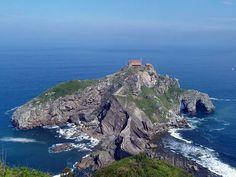 San Juan de Gaztelugatxe, la perla de Bermeo Si todavía no os habéis decidido a hacerlo, lacosta del mar Cantábricoes un hervidero de lugares de interés.