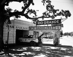 Oak Garage, 76 Service Station with vintage tow truck in Los Angeles. Old Gas Pumps, Vintage Gas Pumps, Vintage Auto, Drive In, Pompe A Essence, Gas Service, Cool Garages, Old Garage, Old Gas Stations