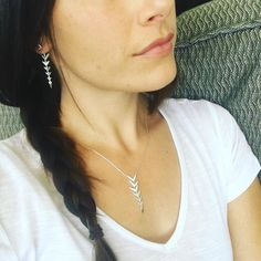 Dress up a simple white tshirt with jewels and gems! Accessories are always a good idea, especially these matching arrow drop necklace and earrings #stelladotstyle #arrowdropnecklace #arrowdropearrings #whitetshirt #simplebraid #accessorize