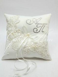 Свадебная подушечка для колец Gilliann Lace Pearl с инициалами из камней Сваровски PIL247