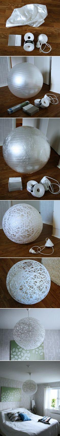 Nodig: pilate ball (stevige ballon), behangerslijm, (papierachtig) koord, lampfitting. Blaas de ballon op en verpak hem in plastic. Haal het koord door de behangerslijm en wikkel het om de ballon. Maak een gat voor lamp en fitting. Minstens 12 uur laten drogen. Ballon leeg laten lopen en verwijderen. Fitting vastmaken.