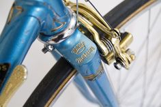 Mercier service des courses Mafac Gold, Simplex Gold, Stronglight Competition, Selle Idéale. Vintage Bike Peugeot Bike, Vintage Cycles, Mercier, Service, Courses, Can Opener, Bicycle, Colours, Nice