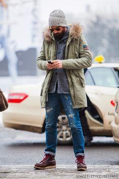 Associe un parka olive avec un jean déchiré bleu pour aller au bureau. Décoince cette tenue avec une paire de des bottes de travail en cuir bordeaux.