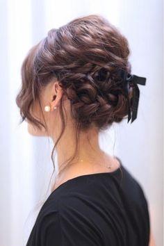 10月11月は結婚式が多く挙げられる人気の月って知ってましたか?そういえば、結婚式の予定が続いているというあなた。着る服も考えなきゃいけないけど、髪型も毎回同じじゃつまらないですよね?ミディアムヘアでも色んなスタイルを楽しみましょう!