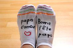 La fête des pères approche, et ma grande fille a préparé un petit cadeau fait-maison, unique et original pour son papa. Elle a personnalisé une paire de chaussettes blanches à l'aide de feutres textiles. Elle a tant apprécié cette customisation qu'elle voudrait désormais décorer ses propres chaussettes! MATÉRIEL UTILISÉ: · Une paire de chaussettes blanches · Des feutres Giotto DECOR textile · Un support cartonné coupé en forme de pied RÉALISATION: 1 – Insérer le support cartonné à… Christmas Gifts For Him, Diy Scrapbook, Happy Fathers Day, Toddler Activities, Aide, Diy Gifts, Crafts For Kids, Parents, Kandinsky
