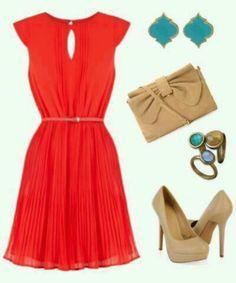 Vestido rojo, zapatos y cartera beige y abalorios en turquesa