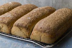 Brød i langpanne betyr å bake fire grovbrød samtidig. Putt langpannebrødene av grov rug og hvete i frysen, så får du alltid fersk brød til hverdagen.