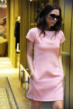Victoria Beckham's career told through the ever changing size of her bust Simple Long Dress, Simple Dresses, Shirt Under Dress, Victoria Fashion, Victoria Beckham Style, Stretch Dress, Look Chic, Daily Look, Chic Outfits