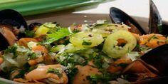 Unos deliciosos Choritos en Salsa Verdemuy simples de preparar e ideales para acompañar con una buena copa de vino blanco.