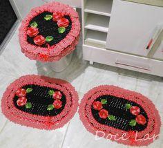 - O Jogo de Banheiro possui 3 peças:   1 Tampa do Vaso   2 Tapetes: 44cm x 64cm    - Escolhas as cores de sua preferência.