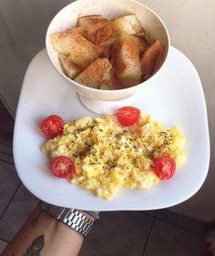 ✨✨ Bom diaaaaa! ✨ Ontem sumi por motivos de: não consegui comer mais nada depois do rodízio kkk serio!!! Fiquei com comida na barriga até a hora de dormir e não comi absolutamente N-A-D-A! Café da Manhã : Ovinhos mexidos com orégano e tomate cereja + melão com canela e café preto ☕️ E bora pra luta que amanha é sextaaaaa #healthylifestyle