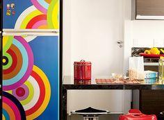 Use adesivos para decorar Já está enjoado da cor da sua cozinha ou quer dar um toque diferente à geladeira? Aposte em revestimentos fáceis de instalar, como adesivos.
