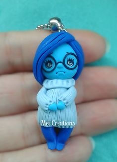 J'M ce personnage Sadness Inside out Tristezza bambolina in fimo/ handmade doll polymer clay Polymer Clay People, Polymer Clay Figures, Cute Polymer Clay, Polymer Clay Dolls, Polymer Clay Projects, Polymer Clay Charms, Polymer Clay Creations, Polymer Clay Jewelry, Clay Crafts