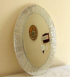 Espelho formato oval mede 50 cm de altura por 35 de largura. Caso o cliente opte pelo frete Pac não nos responsabilizamos caso o espelho chegue quebrado, pois o pac demora muito o envio, e o espelho é um produto frágil, mesmo sendo muito bem embalado, senão for transportado corretamente corre o r...