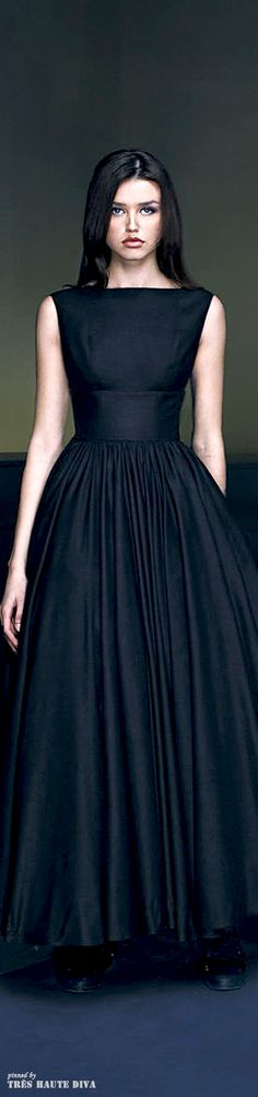 This is such a flattering cut. Add some sleeves, and I'd want it in every color and several lengths. :-P