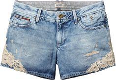 Knappe JeansShorts von Tommy Hilfiger in tollem ExtremUsedLook. Mit SpitzenApplikationen an den Seiten. Mehr als ein weißes Shirt und braune Beine braucht diese kurze Hose Rosie Short Delbl nicht. Die JeansShorts ist immer ein Hingucker. 100% Baumwolle...