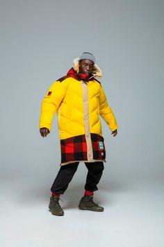 """Nach Kunststoff angelten 1500Bootsmänner vor Spanienfür den """"Sleeping Bag Coat"""" der Winterkollektion2019 von Woolrich und Griffin Studio. Nicht nur wenden, auch zum Poncho öffnen lässt sich das Textil aus 100 Prozent recyceltem Ripstop-Polyester, limitierte Edition von 120Stück, 1475 Euro. (Foto: Griffin x Woolrich) Jacket Style, Jacket Men, Parka, Sustainability, Work Wear, Fashion Photography, Street Wear, Winter Jackets, Menswear"""