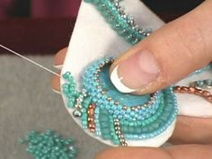Faça lindos broches com esta técnica! Make beautiful brooches with this technique! - How to Create Jewelry - Assembly of Jewelry Bead Embroidery Tutorial, Bead Embroidery Patterns, Bead Embroidery Jewelry, Fabric Jewelry, Beaded Embroidery, Beading Patterns, Seed Bead Jewelry, Bead Jewellery, Beaded Jewelry