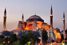 Città ponte tra Occidente e Oriente. Anche l'arte, in particolare l'architettura, sembra sospesa tra atmosfere orientali, testimoniate da numerosi edifici bizantini e ottomani e dalle moschee, e richiami occidentali ben visibili in molte strutture di epoca romana. Istanbul è anche e soprattutto sinonimo di artigianato e non vi è posto migliore dell'immenso souk per scoprirlo e apprezzarlo al meglio: il mercato esteso, uno dei più grandi di tutto il mondo islamico,