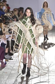 See all the Collection photos from Central Saint Martins Spring/Summer 2018 Ready-To-Wear now on British Vogue Knit Fashion, Fashion Art, Fashion Models, Runway Fashion, Fashion Show, Fashion Design, Central Saint Martins, Amputee Lady, Deconstruction Fashion