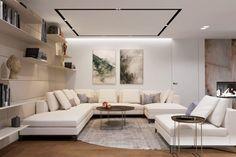 Moderná neutrálna obývacia izba s jemnou knižnicou Couch, Furniture, Home Decor, Settee, Decoration Home, Sofa, Room Decor, Home Furnishings, Sofas