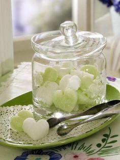 Herz-Bonbons selbst gemacht! Dazu einen Zuckerbrei in Eiswürfelformen gießen, trocknen lassen und ins Bonbonglas füllen.