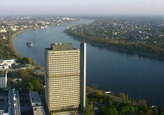 Der Lange Eugen in Bonn. Das markante Design hat ihm bereits den Denkmalschutz eingetragen. (©Qualle/Wikimedia Commons)