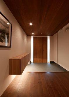 玉野台の家: 笹野空間設計が手掛けた廊下 & 玄関です。 Corridor Design, Entrance Design, House Entrance, Modern Japanese Interior, Japanese Modern House, Minimalist House Design, Minimalist Interior, Wood Floor Colors, Japanese Apartment