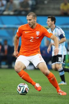 Ron Vlaar of Netherlands against Lionel Messi of Argentina in the 2014 World Cup
