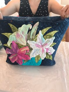 画像4つ目 ベトナムから神戸にの記事より Sashiko Embroidery, Japanese Embroidery, Hand Embroidery Patterns, Embroidery Designs, Patchwork Bags, Quilted Bag, Japanese Bag, Sweet Bags, Hawaiian Quilts