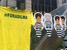 Camisetas e acessórios vendidos na Avenida Paulista, em São Paulo, durante ato para pedir impeachment de Dilma Rousseff (Foto: Gabriela Gonçalves/G1)
