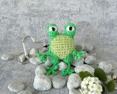 Keyring Pendant Frog, Bag Charm Amphibian, small Toy Animal with Heart Carabiner, Keychain Miniature Collectible Frog, Mini Animal Toy Crochet Frog, Crochet Toys, Crochet Animals, Pet Accessories, Pet Toys, Crochet Earrings, Crochet Patterns, Miniatures, Charmed