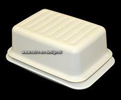 Vintage Tupperware botervloot  In twee delen. Bodem voor de boter en deksel om af te sluiten. Kleur wit. Conditie: goed. In een mooie staat.  Hoogte: 11 cm. Lengte: 16,5 cm. Breedte: 7 cm. zie: http://www.retro-en-design.nl/a-42554063/tupperware/vintage-tupperware-botervloot/